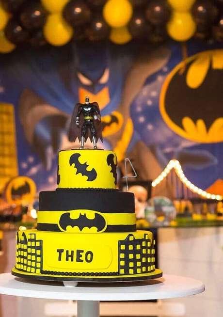 9. Bolo personalizado para festa do Batman com boneco do personagem no topo – Foto: Pinosy