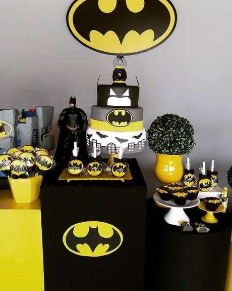 11. Tons de cinza, amarelo e preto são presença garantida na decoração de festa do Batman – Foto: Douglas Lopes