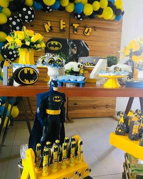 12. Arranjo com flores amarelas também podem ajudar a compor a mesa da festa de aniversário do Batman – Foto: Pinterest