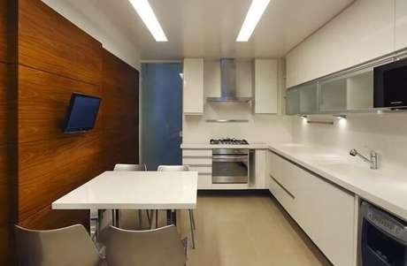 38. Cozinha em com armários em branco. Projeto de AS Decoradoras