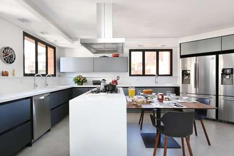 6. Cozinha em l com armários cinza e bancada branca. Projeto de Start Arquitetura