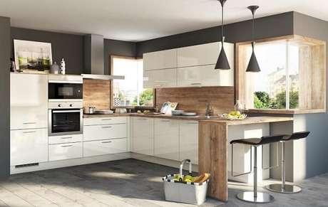57. Cozinha em l com armários na cor branca e bancada de madeira. Fonte: Panorama Móveis