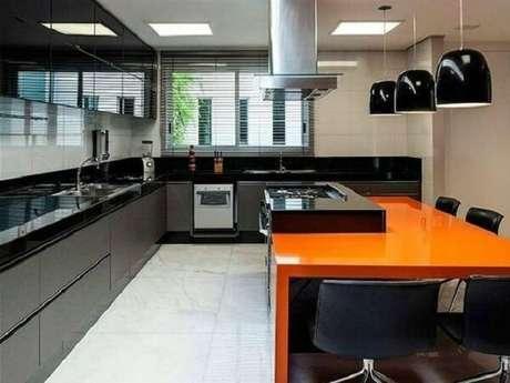39. Cozinha em l com bancada de granito preto. Fonte: Revista Viva Decora