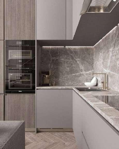 13. Cozinha em l com bancada de pedra cinza e piso de madeira clara. Fonte: Revista Viva Decora