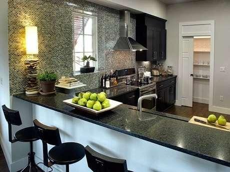 4. Cozinha em L com bancada e armários na cor preta. Fonte: Casa Novah