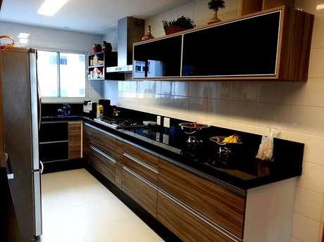 59. Cozinha planejada com bancada preta. Fonte: Pinterest