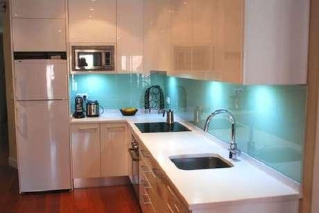 62. Cozinha com iluminação embutida nos armários. Fonte: Eu Amo Decoração