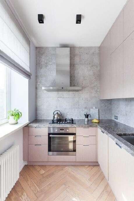 42. Cozinha com Luminária metálica preta e piso de madeira comum. Fonte: Revista Viva Decora