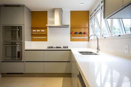 43. Cozinha com nicho amarelo cobre. Projeto de Marília Veiga
