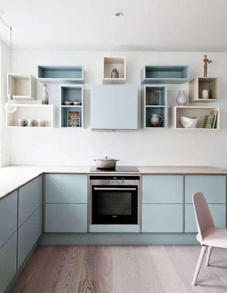 16. Cozinha em l com nichos em tons pastéis e bancada de madeira clara. Fonte: Revista Viva Decora