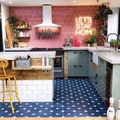 17. Cozinha com parede de revestimento vermelho e letreiro neon. Fonte Revista Viva Decora