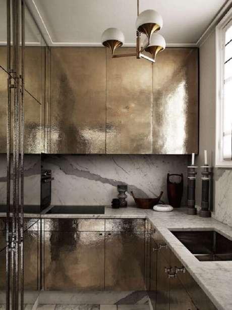 18. Cozinha com parede de mármore branco e bancada de granito. Fonte: Revista Viva Decora