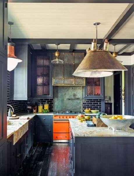 20. Cozinha em l com pedra de mármore e tons de azul. Fonte: Architectural Digest