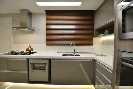 44. Cozinha com persiana de madeira. Projeto de Máira Ritter