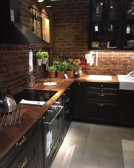 21. Cozinha em l com tons mais escuros e rústica, que tal? . Fonte: Pinterest