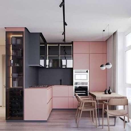 22. Cozinha em l com armários em rosa e parede cor de chumbo. Fonte: Pinterest