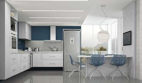 1. Cozinha em l em tons de branco e azul. Fonte: Eu Amo Decoração