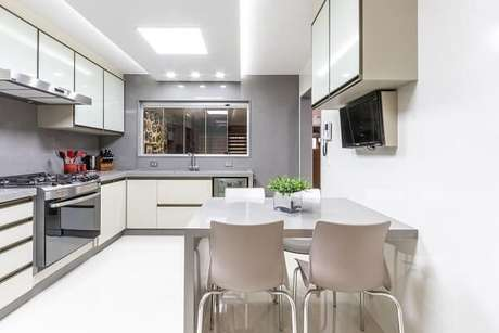 45. Cozinha em l em tons de branco e cinza. Projeto de Mauren Buest