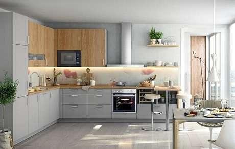 24. Cozinha em l em tons de cinza e madeira. Fonte: Panorama Móveis