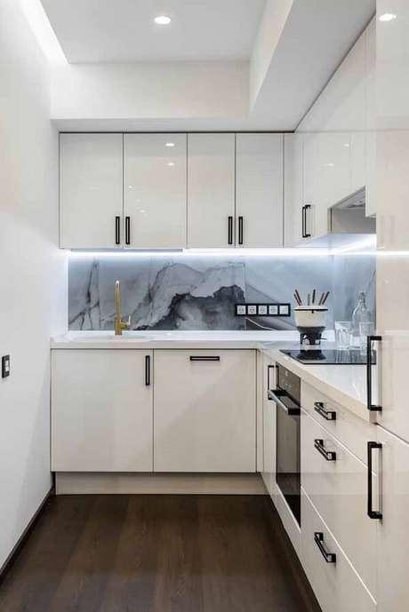 64. Cozinha pequena com armários brancos. Fonte: Pinterest