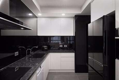 46. Cozinha pequena com marcenaria branca e parede preta. Fonte: Revista Viva Decora