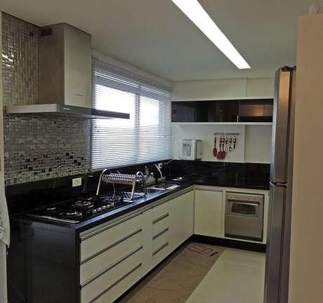 47. Cozinha em l pequena em tons de branco e preto. Projeto de karina Correa Santos