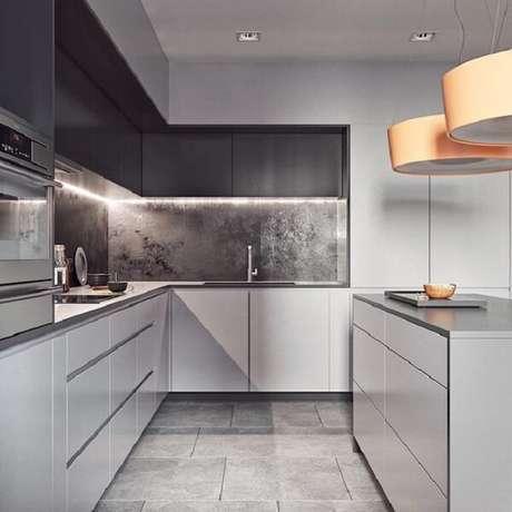 28. Cozinha em l pequena em tons de branco e cinza escuro. Fonte: Pinterest