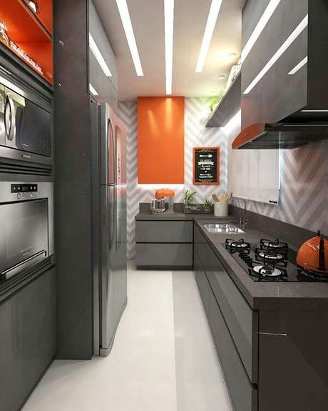 48. Cozinha em l pequena em tons de cinza e laranja. Projeto de Rebeca Souza