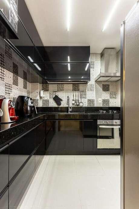 49. Cozinha em l pequena preta. Projeto de Natália Siper