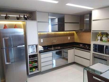 2. Cozinha em l planejada com cooktop em sua bancada. Fonte: Pinterest