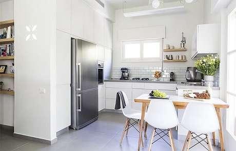31. Cozinha em l planejada em tons de branco. Fonte: Pinterest