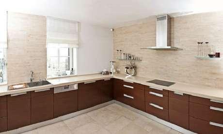 67. Cozinha em l planejada para ambientes amplos. Fonte: Pinterest