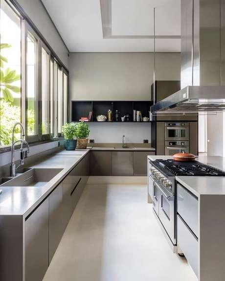 54. Modelo de cozinha planejada em l seguindo a linha da janela. Fonte: Maurício Karam Arquitetura