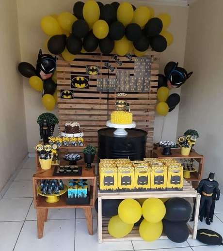 15. Ideia de decoração com painel de pallet para festa do Batman simples – Foto: Maria Rita