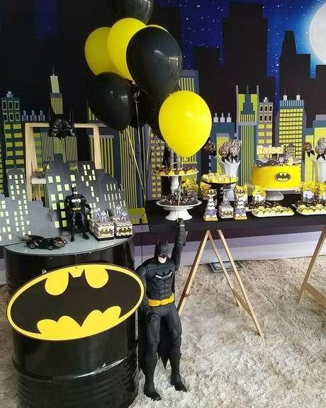 16. O painel com vários prédios é uma excelente ideia de decoração do Batman para festa infantil – Foto: Larth Festas e Eventos