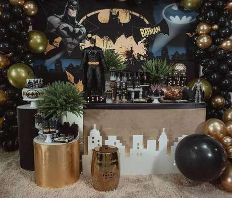 17. Quer deixar a decoração de festa do Batman mais sofisticada? Invista em detalhes em dourado – Foto: Encantarte Decorações