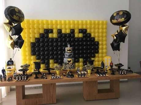 19. Decoração para festa do Batman simples com painel de batões – Foto: Tok Final Festas