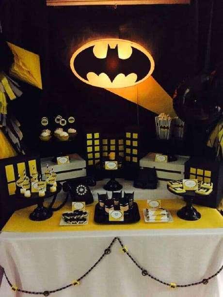 20. Painel iluminado para deixar a decoração do Batman para festa infantil ainda mais divertida – Foto: Tu Fiestón