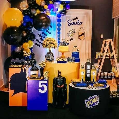 21. Tons de azul também podem compor a decoração de festa de aniversário do Batman – Foto: Cris e Roberta