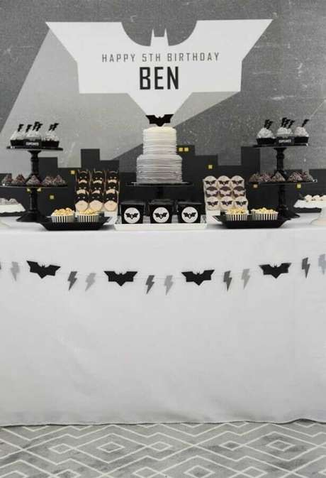 22. Decoração minimalista em preto, branco e cinza para festa de aniversário do Batman – Foto: Kara's Party Ideas