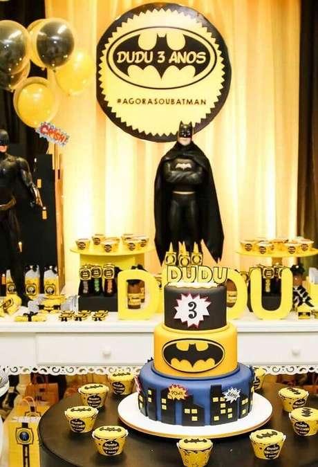 25. Bonecos grandes ficam lindos na decoração do Batman para festa infantil – Foto: Agora sou mãe