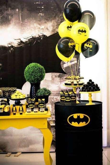 26. Tonel personalizado com simbolo do Batman para decoração de aniversário – Foto: Pinterest