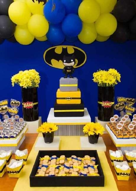 27. Decoração de festa infantil do Batman com painel simples – Foto: Zozu