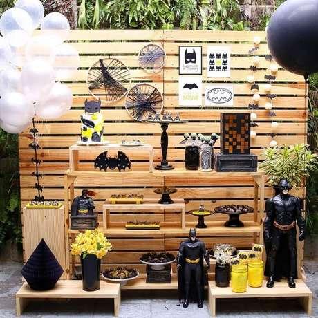 31. Decoração rústica para festa de aniversário do Batman com painel de pallets – Foto: Carol Atik Festas