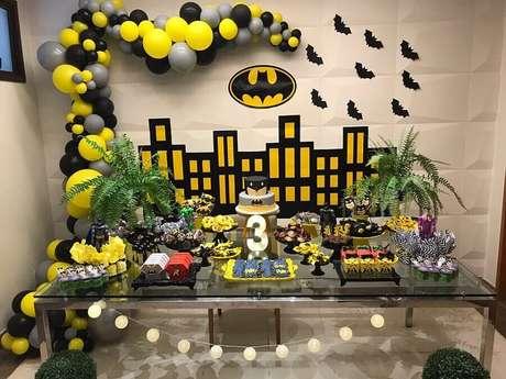 33. Detalhes de mesa decorada para festa do Batman – Foto: Vovó Tetei