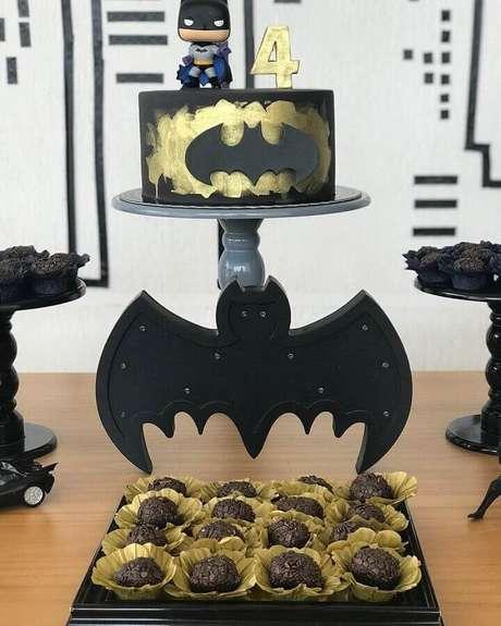 35. Bolo decorado em preto e dourado para decoração do Batman para festa infantil – Foto: Aline Torres