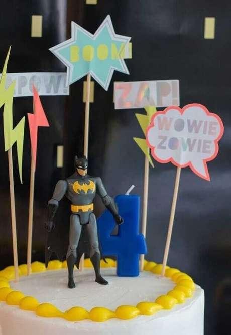 36. Detalhes para decoração de bolo em festa do Batman – Foto: Creative Cake Designs