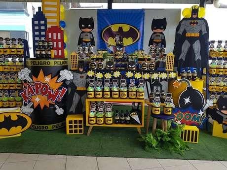 37. Detalhes para decoração de mesa de festa infantil do Batman – Foto: The Fashion Party