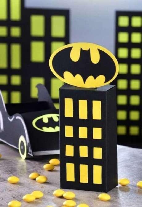 38. Prédios e batmóvel são presença garantida na decoração do Batman para festa infantil – Foto: Pinterest