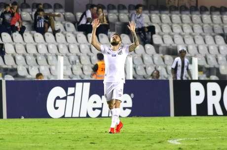 Eduardo Sasha, do Santos, comemora seu gol durante a partida contra o Atlético Mineiro, válida pela oitava rodada do Campeonato Brasileiro 2019, no estádio da Vila Belmiro, em Santos, neste domingo (9).